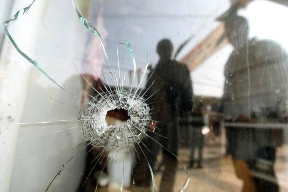Apre la finestra e si trova davanti due ladri armati - Finestra che si apre ...