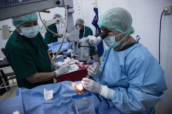 Operazione agli occhi (Agung Parameswara/Getty Images)
