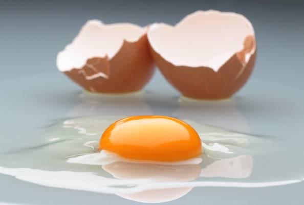 Striscia bianca nelle uova crude? Ecco cosa significa