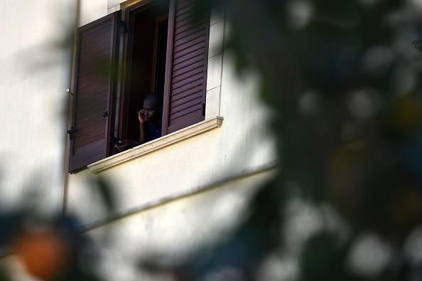 """Urla: """"Ti ammazzo"""" e la butta giù dalla finestra dell'Hotel"""