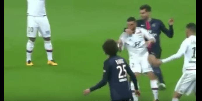 Pugno in faccia all'avversario: ecco cosa rischia un centrocampista della Nazionale italiana VIDEO