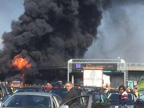 """Grave incendio in A1 sulla Napoli-Roma: rimorchio in fiamme. """"Rischio crollo cavalcavia"""""""