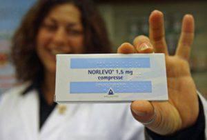 Una farmacista mostra la pillola del giorno dopo più comune (Web)