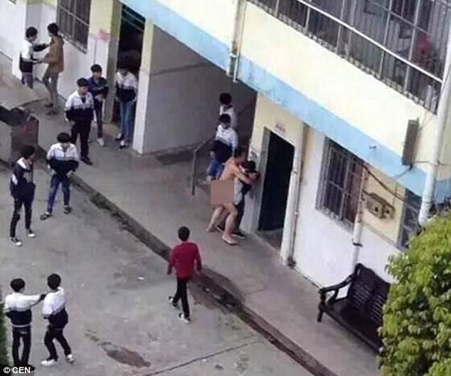 Professore nudo stupra un'alunna davanti a tutti -FOTO shock