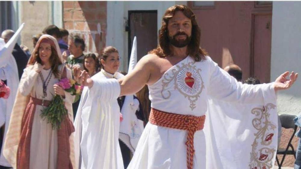 """""""Sta facendo la parodia di Gesù"""" gay viene cacciato dalla processione"""