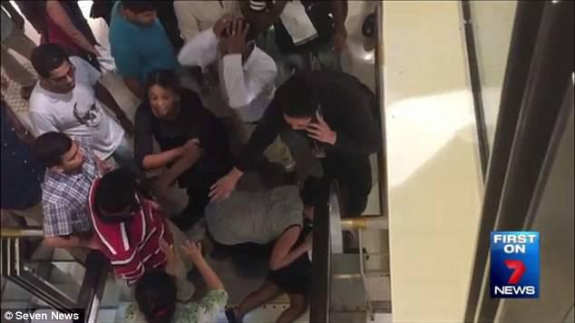 Panico al centro commerciale: bimba incastrata nella scala mobile (Video)