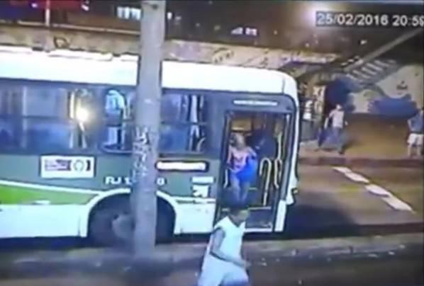 Investita dal bus, nessuno la soccorre (VIDEO)
