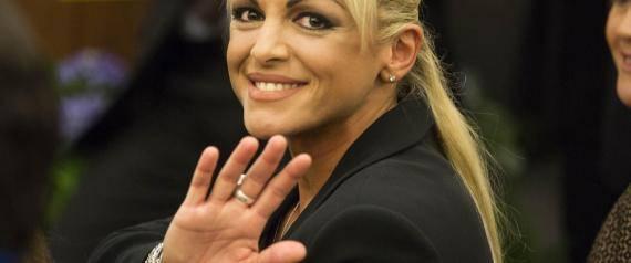Francesca Pascale  nuovamente a fianco di Silvio Berlusconi: un dettaglio non sfugge ai fotografi