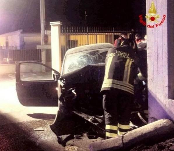 Auto si schianta contro una casa: è tragedia