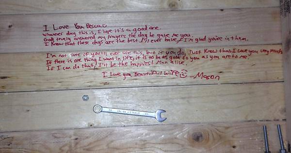 Il messaggio segreto trovato sotto al tavolo (Imgur)