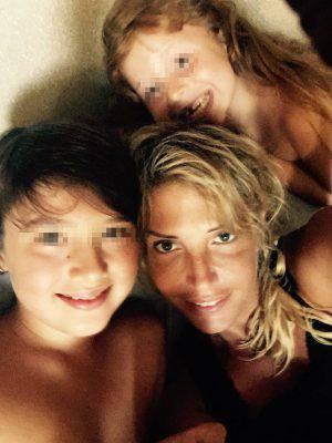 Alexia Canestrari con i due figli (Facebook)