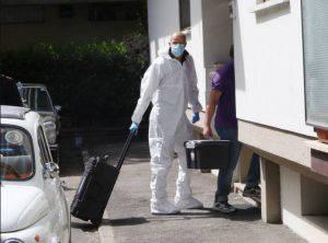 La polizia scientifica entra nel luogo del delitto (Web)