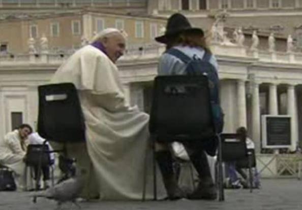 Il Papa confessa una ragazza (ritaglio Youtube)