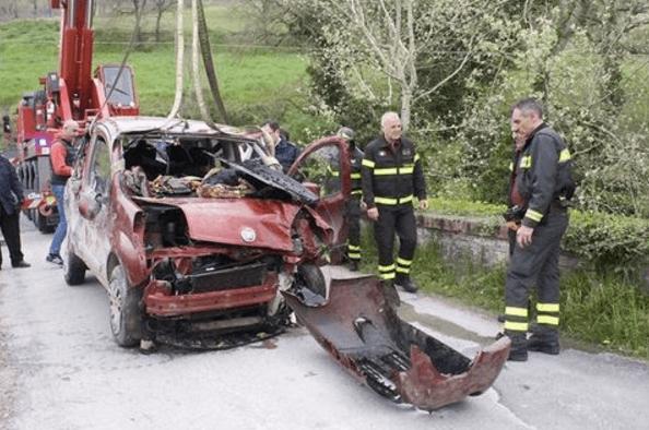 La scena del recupero dell'auto del 44enne (Web)