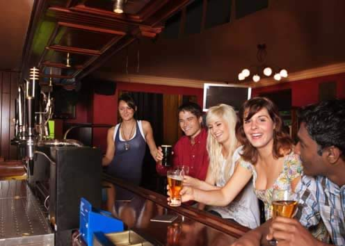 Ragazzi in un pub fonte websource