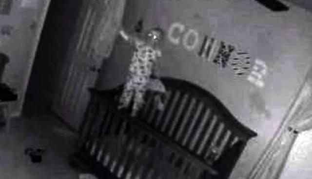 Connor ripreso dalle telecamere notturne installate dai genitori (Youtube)