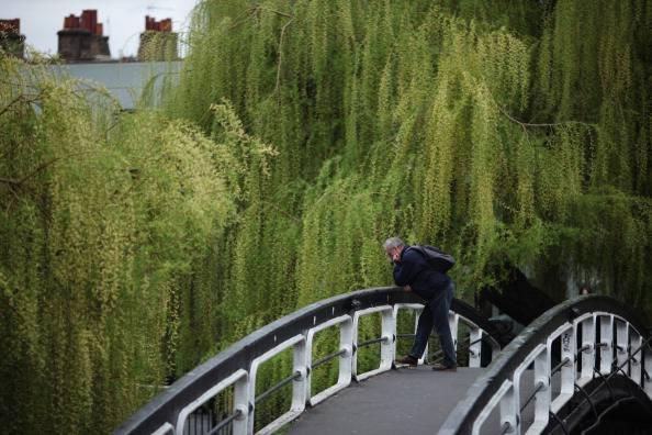Uomo su un ponte (Dan Kitwood/Getty Images)