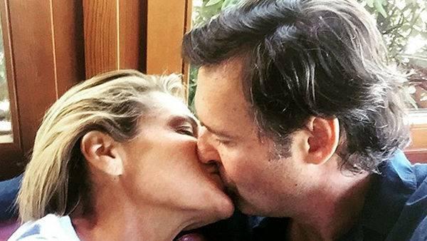 Simona Ventura appena tornata dall'Isola si lascia andare a baci appassionati: ecco con chi