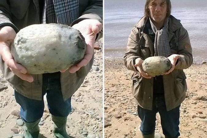Trovano qualcosa di strano in spiaggia: per loro fortuna la raccolgono