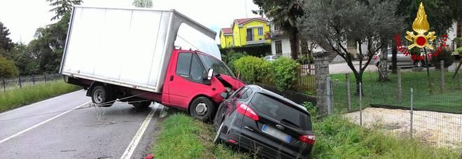 Carambola fra due auto e un Ford: l'incidente finisce in…