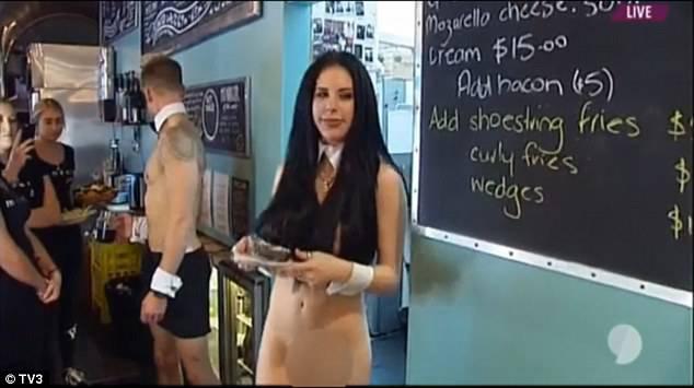 Una donna completamente nuda fa irruzione durante la diretta TV fonte youtube