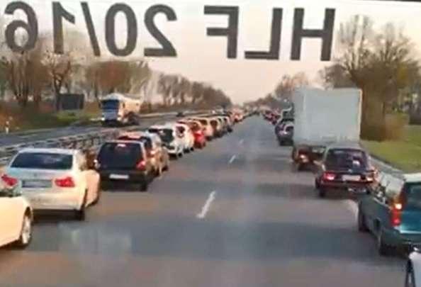 Le auto al passaggio dell'ambulanza (ritaglio video)