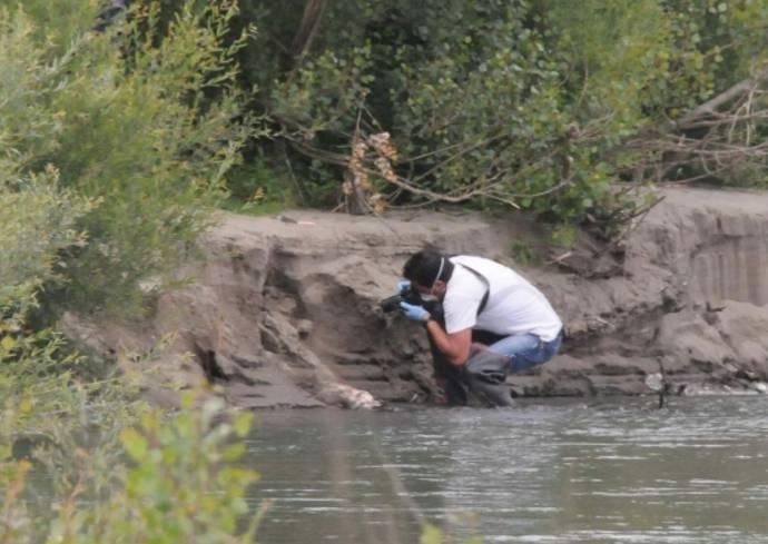 Fanno il bagno nel fiume, ma qualcosa attira la loro attenzione