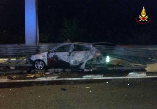 I resti dell'auto del 26enne