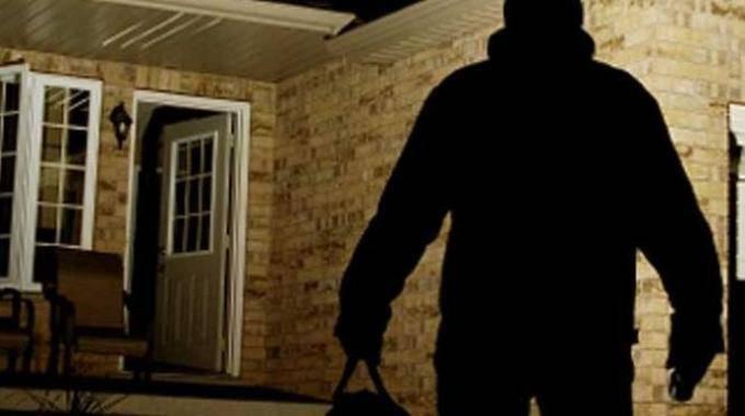 Marito e moglie trovano i ladri nella stanza della figlia