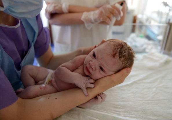Bisturi e forbici colpiscono la neonata durante il cesareo