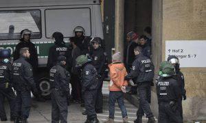 Un immigrato viene fermato dalla polizia (Web)