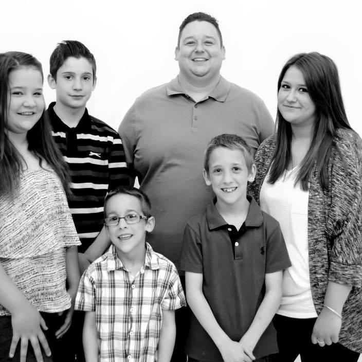 Wayne e i suoi cinque figli (Facebook)