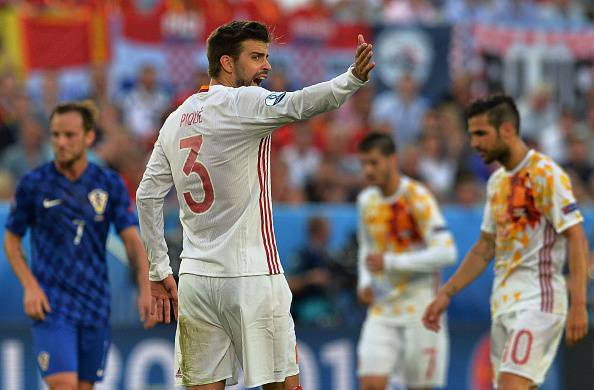 Euro2016, bufera su Piqué per gestaccio durante l'inno