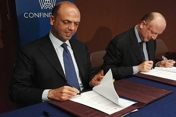 Alfano e Boccia firmano l'accordo (foto Viminale)