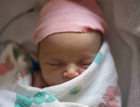 """Salva neonato tra i rifiuti: """"Sono solo una mamma"""""""