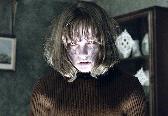 Uomo muore al cinema mentre guarda un film dell'orrore: il mistero del corpo