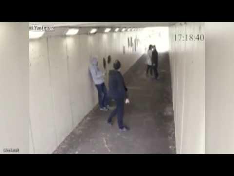 Tirano una sigaretta contro la sua fidanzata: il giovane manda KO i teppisti –VIDEO