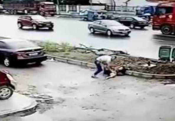 Uccide brutalmente la moglie per strada (VIDEO)