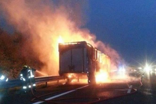 Assalto a portavalori: tir in fiamme e autostrada bloccata