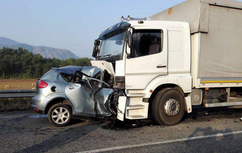 Muore nello scontro con un camion