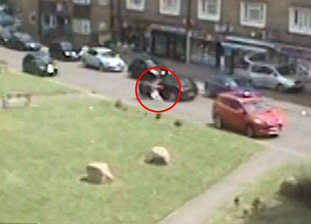 Rubano un'auto con dentro un neonato: il gesto estremo della sorellina – VIDEO
