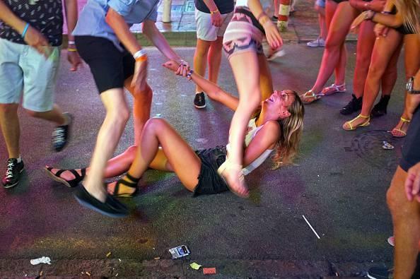 Studentessa di 17 anni in coma etilico in discoteca, grave