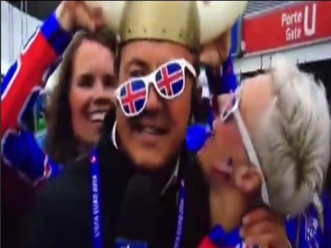 Le belle tifose islandesi travolgono l'inviato Sky: baci hot in diretta-VIDEO