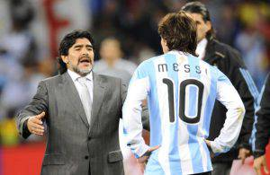 Diego Maradona e Lionel Messi (Photo credit should read DANIEL GARCIA/AFP/Getty Images)