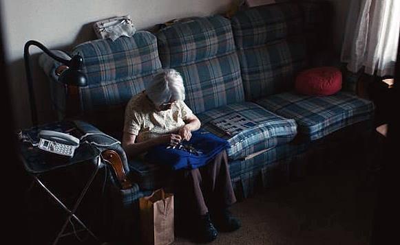 Anziana sola piange tutta la notte, l'accaduto è terribile