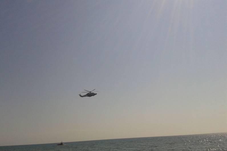 Disperso a miglia dalla costa, l'elicottero lo avvista e…