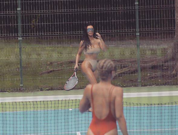 Kim Kardashian tennista sexy in bikini color carne