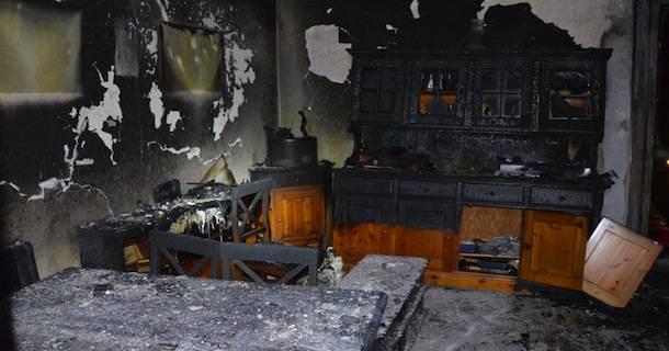 Tenta di dare fuoco alla moglie e incendia casa