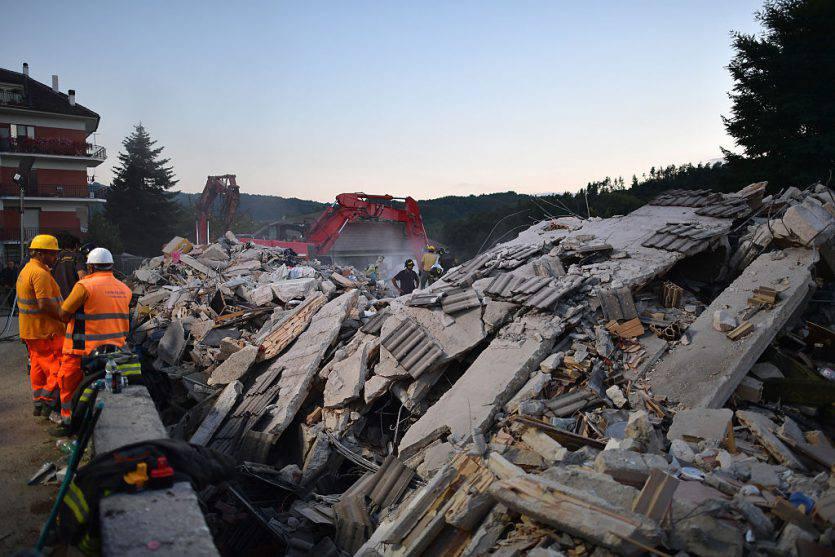 Terremoto, alle#39;hotel Roma si continua a scavare: i morti sono già 15