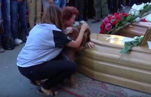 Il cane vicino alla bara insieme ai parenti di Andrea Cossu (web)